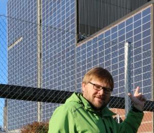 Aurinkokattopeltejä katoille ja aurinkopaneeleja sekä energiaa kerääviä pintoja rakennuksien seiniin. Ja ilmasto ja omavaraisuus kiittää.