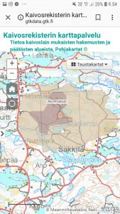 Juomasuo-Hangaslampi-Pohjasvaara kaivospiirit ja nidien ympärille tehdyt uudet kaivospiirihakemuset Tukesiin sekä niiden ympärillä olevat valtaushakemuset (kermanvärinen).